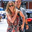 Takargatja a has�t Jennifer Aniston
